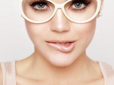 """Cześć dziewczyny! Dzisiejszy wpis dedykuję wszystkim okularnicom 🙂 Zebrałam dla Was kilka podstawowych wskazówek do wykonania makijażu. Make-up dla kobiet noszących okulary skupia się głównie na oczach, bo te, zasłonięte szkłami, stają się mniej widoczne. Musi być jednak dostosowany do wady wzroku i rodzaju szkieł. Makijaż dla krótkowidza Szkła dla krótkowidzów, tzw. """"minusy"""", zmniejszają optycznie […]"""