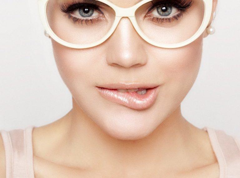 Makijaż dla okularnicy. Jak dopasować make-up do wady wzroku