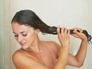 Hej Kochane! Ostatnio pojawiło się sporo peelingów przeznaczonych do skóry głowy. Fajnie, że robi się to coraz bardziej popularne, bo przecież zadbana skóra głowy, to zdrowe i mocne włosy. Celem każdego peelingu jest usunięcie martwego naskórka. Dzięki temu skóra łatwiej wchłania składniki odżywcze z kosmetyków pielęgnacyjnych. Wykonuję peeling raz w tygodniu, tuż przed olejowaniem włosów. […]