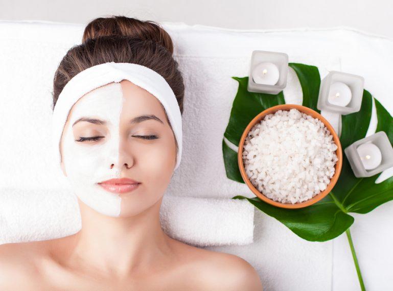 Pielęgnacja cery tłustej. Jak ją rozpoznać, jaką dietę zastosować i jakich kosmetyków używać?