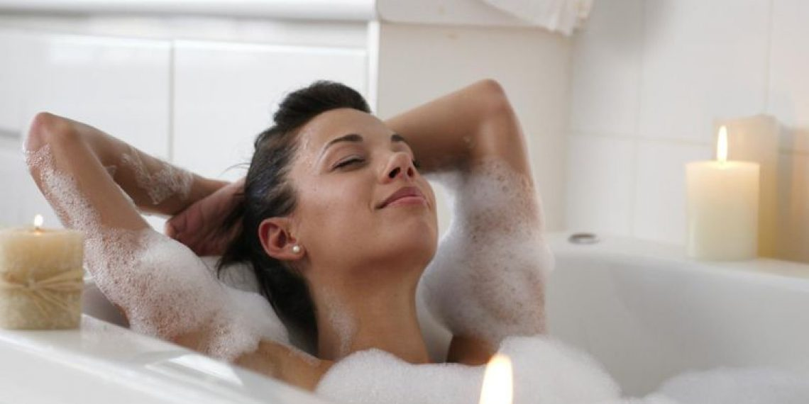 Sucha skóra po kąpieli. Co dodać do wody i czym nawilżać skórę?