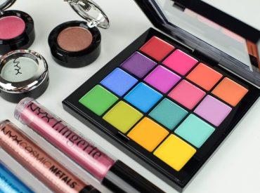 Cześć! Makijaż dzienny czy wieczorowy? Naturalny czy szalony? Delikatny i romantyczny czy odważny i przebojowy? Jaki look zazwyczaj preferujesz? Jeżeli jeszcze się nie zdecydowałaś, to pomoże ci w tym marka NYX Cosmetics i jej trzy paletki Ultimate. Trzy paletki – trzy makijaże Marka NYX Cosmetics dla miłośniczek różnych rodzajów makijaży stworzyła trzy paletki Ultimate. W […]