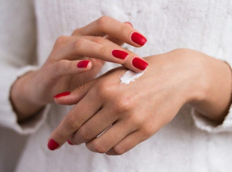 Na ratunek dłoniom! Jak dbać o suche i szorstkie dłonie na co dzień?