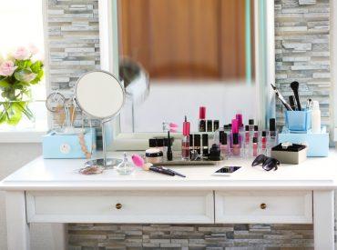 Dziewczyny, czy wiecie, że kosmetyki mają określony termin przydatności? Nie zawsze jest on jednak wyraźnie zaznaczony na opakowaniu np. w formie konkretnej daty. Często nie zdajemy sobie sprawy z tego, że terminy przydatności kosmetyków są określane tak samo, jak przy produktach spożywczych. Jeśli już pilnujemy dat to raczej tylko przy kosmetykach takich jak kremy, balsamy, […]