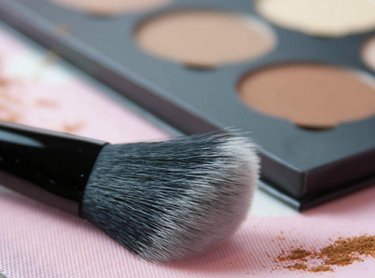Konturowanie twarzy makijażem. Jak zrobić je poprawnie?
