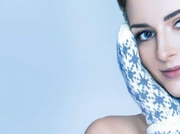Zimą słabną mechanizmy obronne skóry, a zwłaszcza ochrona lipidowa naskórka. Tę porę roku najgorzej znosi skóra sucha, wrażliwa i naczynkowa, ale także cera normalna i tłusta potrzebują ochrony. Na rytuał zimowej pielęgnację skóry twarzy powinien składać się łagodny preparatu myjący o neutralnym pH (5,5) bez granulek złuszczających i krem do twarzy. Krem na zimę musi […]