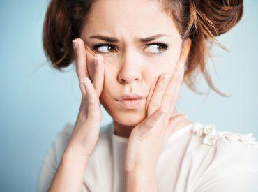 Na Waszej twarzy pojawiły się pierwsze zmarszczki? Nie martwcie się – na mojej też. Już dawno. Rozważacie operację plastyczną? Ja też o niej myślałam, jednak szybko doszłam do wniosku, że zanim sięgnę po tak drastyczne środki, wypróbuję te mniej inwazyjne. Jest przecież mnóstwo kremów do twarzy, które być może przynajmniej opóźnią procesy starzenia się skóry. […]
