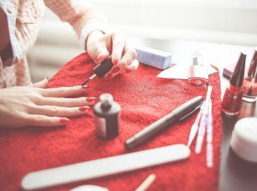 Malowanie paznokci to mój sposób na relaks. Ale oprócz klasycznego manicure lubię też czasami poszaleć ze zdobieniami. Oto moje ulubione gadżety ułatwiające manicure. Znacie któreś z nich? Kiedyś miałam taki czas, że nie malowałam paznokci w ogóle. Szkoda było mi wolnych chwil na robienie wzorków i zawsze dziwiłam się, skąd moje znajome biorą na to […]