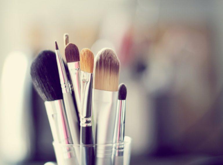 Jak czyścić i dezynfekować pędzle do makijażu?