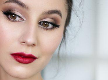 Cześć! Sylwester i Nowy Rok to wyjątkowe wydarzenia, podczas których fajnie jest wyglądać ładnie. Pomoże ci w tym makijaż wieczorowy, ale nie ten w klasycznym wydaniu. Nie musisz mieć oczu pomalowanych na czarno i czerwonych ust. Równie dobrze sprawdza się połyskliwy look, który jest dopracowany w najmniejszych szczegółach. Sylwestrowy makijaż krok po kroku Makijaż na […]