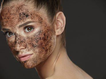Peeling sprawia, że skóra jest gładka, promienna i wyraźnie odmłodzona. W zależności od przeznaczenia możecie go nakładać zarówno na twarz, jak i na ciało. Jakie są zalety peelingu i jak dobrać peeling do rodzaju cery? Czy peeling ciała lepiej robić w domu, u kosmetyczki czy u dermatologa? Czym charakteryzuje się peeling chemiczny powierzchniowy, średniogłęboki i […]