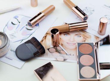 Cześć! Kosmetyki mineralne wymagają odpowiedniego przygotowania cery i specjalnej techniki nakładania. Dzięki nim makijaż będzie wyglądał naturalnie, a efekt utrzyma się przez cały dzień. Jednak jeśli nie udaje ci się osiągnąć takiego efektu, to sprawdź, jak poprawnie zaaplikować podkład mineralny. Co o minerałach trzeba wiedzieć na początek? Tajemnicą perfekcyjnego i trwałego makijażu mineralnego jest przygotowanie […]