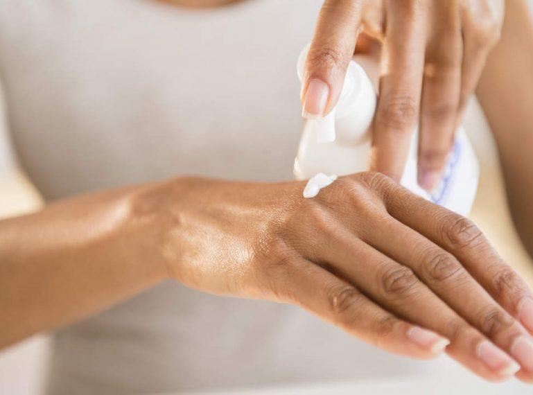 Przebarwienia na dłoniach. Jakie zabiegi stosować, żeby pozbyć się plamek?