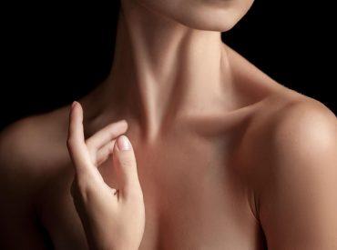 To właśnie szyja i dekolt zdradzają Wasz wiek, dlatego warto otoczyć je troskliwą opieką. Zwłaszcza że skóra w tych rejonach starzeje się najszybciej. Dlaczego? Ponieważ jest ona znacznie cieńsza niż skóra twarzy. Ma niewiele włókien kolagenowych i znikomą ilość gruczołów łojowych. Podczas gdy te pierwsze odpowiadają za jej sprężystość, te ostatnie produkują wydzielinę, która tworzy […]
