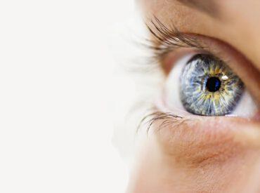 Pielęgnacja skóry pod oczami jest dla mnie bardzo ważna. To najdelikatniejsza część mojej twarzy, a może nawet ciała. Niestety jest bardzo wrażliwa i reaguje podrażnieniem na każdy nowy kosmetyk lub sposób pielęgnacji. Stosunkowo szybko tworzą się na niej zmarszczki, cienie i opuchlizna. Co robię, żeby moja skóra pod oczami cały czas wyglądała młodo i pięknie? […]