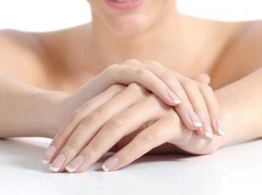 Dłonie wykonują milion czynności na dobę. Choć przywykły do pracy, ich skóra jest bardzo delikatna i wymaga odpowiedniej pielęgnacji. Codzienna pielęgnacja dłoni musi uwzględniać naturalne procesy starzenia, którym skóra dłoni zaczyna podlegać już około trzydziestego roku życia. Jaki krem do rąk wybrać? Jak wygładzić skórę dłoni i zapobiec starzeniu się skóry w tych okolicach? Jaki […]