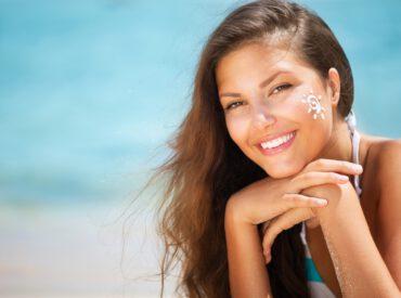 Cześć! Dzięki niemu nasz organizm produkuje witaminę D, skóra staje się złocista, wytwarzają się hormony szczęścia, a wszystko wokół staje się kolorowe i piękne. Chodzi oczywiście o słońce. Jednak z drugiej strony potrafi ono nieźle namieszać w naszym ciele i w efekcie doprowadzić do różnych komplikacji. Co warto wiedzieć o słońcu zanim zaczniecie się opalać? […]