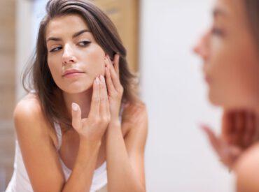 Cześć! Sucha skóra w pielęgnacji jest bardzo wymagająca, a życie z nią bywa kłopotliwe. Aby lepiej o nią zadbać, najpierw należy lepiej ją poznać, a potem szukać rozwiązań problemów. Jak dbać o suchą skórę? Sucha skóra – garść faktów Prawie połowa populacji cierpi z powodu suchości cery, a ¼ zmaga się z takim problemem, który […]