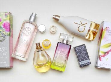 Cześć! Jesteś miłośniczką perfum, wód toaletowych, flakoników i uwielbiasz poznawać nowe aromaty? Zachęcam Cię do czytania! Perfumy można wybierać według różnych kryteriów. Najczęściej kupujemy te, których zapach zwyczajnie nam się spodoba. Zazwyczaj kupowanie nie należy do najłatwiejszej i najprzyjemniejszej czynności, a wymarzonych perfum na pewno nie kupimy za pierwszym razem. Dziś perfumy dostępne są wszędzie […]