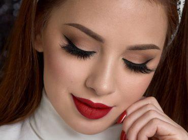 Uwielbiam czerwoną szminkę! <3 Moim zdaniem usta wyglądają najpiękniej, gdy są pomalowane na czerwono. Oczywiście odcienie czerwieni są różne, więc to nie jest tak, że każda czerwona szminka będzie wyglądała tak samo. Wytrawne znawczynie tematu pomadek w odcieniach czerwieni będą wiedziały, o co chodzi. 🙂 Niestety problem jest jeden – pomalowanie ust czerwoną szminką to […]