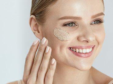Peeling, znany w salonach kosmetycznych jako zabieg złuszczania skóry ma szereg pozytywnych właściwości. Każda z nas powinna sięgać po peeling przynajmniej raz w tygodniu, ponieważ złuszczanie martwego naskórka jest niezmiernie ważne. Do wyboru mamy peelingi enzymatyczne, mechaniczne i chemiczne. Sprawdź, jaki będzie najlepszy dla Ciebie! Peeling enzymatyczny Peeling enzymatyczny jest zdecydowanie najdelikatniejszy. Polecany jest szczególnie […]