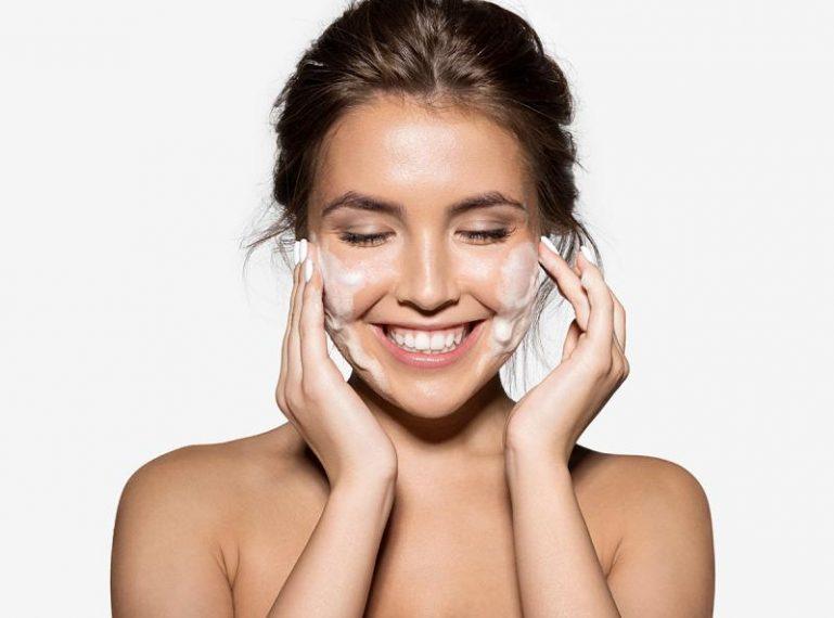 Dwuetapowe oczyszczanie twarzy – na czym polega i jakich produktów używam?